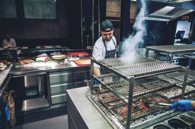kuchař vaří vkuchyni Sia