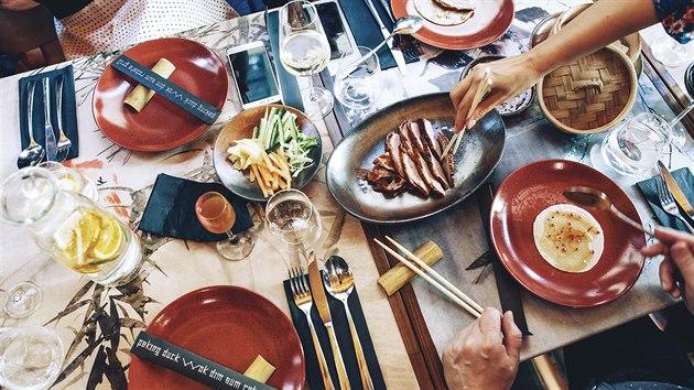 naaranžované talíře na stole